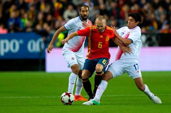 Celso Borges y Yeltsin Tejeda intentan marcar a Andrés Iniesta en el duelo  que se disputa 4f3571db7a8c8