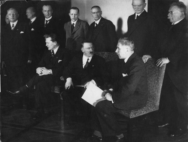 Esta imagen muestra a los ministros del gabinete de Adolf Hitler, y que fueron presentados el 30 de enero de 1933, en Alemania, Berlín. En la primera fila, de izquierda a derecha: Hermann Goering, Adolf Hitler y Franz von Papen. | AP