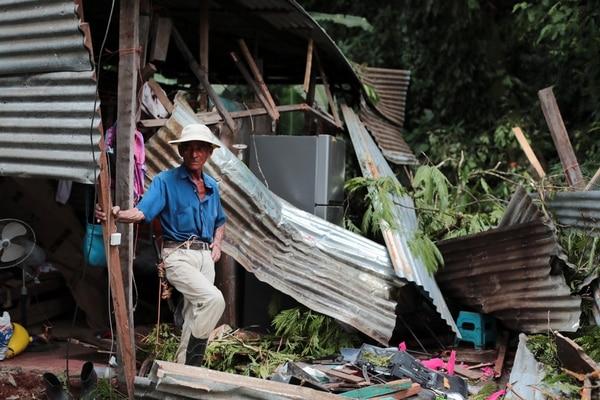 Este mes dos tragedias han cobrado vida de personas por caída de árboles. Este viernes murieron dos mujeres en Chilamate de Puerto Viejo, Sarapiquí. Fotos: Alonso Tenorio