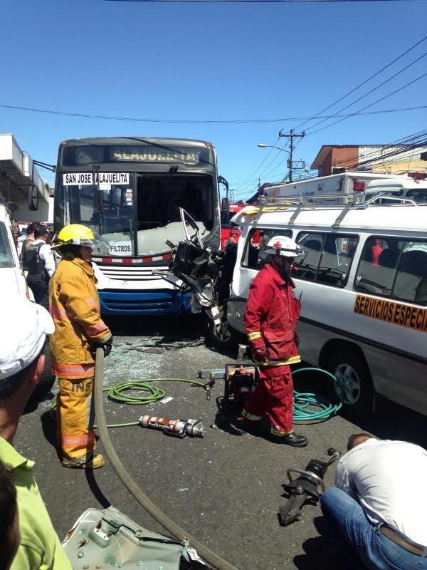 Bomberos y cruzrojistas tuvieron que usar equipo hidráulico para liberar al chofer de la buseta. Los ocupantes del bus no requirieron traslado al centro médico.