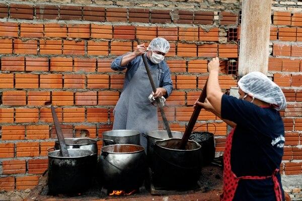 Wálter Ferreira y Laura Dure prepararon una sopa para alimentar a unas 300 personas diariamente en la ciudad de Luque, Paraguay, el 11 de mayo del 2020.