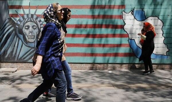 En un muro de la antigua Embajada estadounidense en Teherán se expresan mensajes de rechazo a esa potencia.
