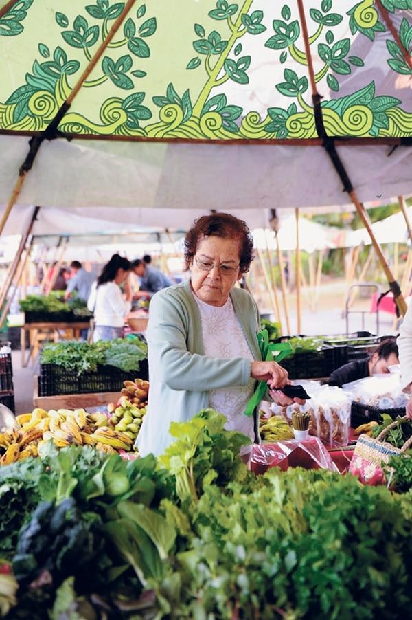 Saludable.La mayoría de alimentos en venta en la Feria Verde son producidos con procesos orgánicos; usualmente, los vendedores le pueden brindar amplia información. Jeaninne Cordero.