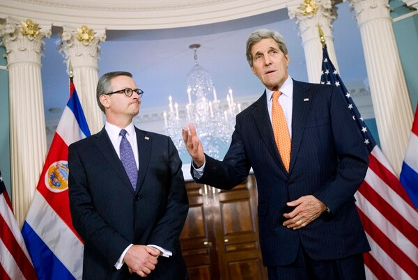 Manuel González (izq.) y John Kerry en Washington. | ARCHIVO