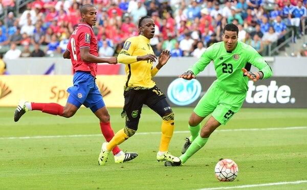 La zaga de la Selección Nacional se vio mal ante Jamaica.