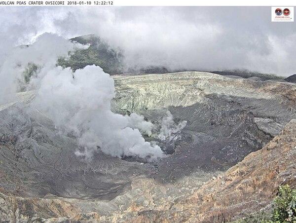 La semana pasada el Poás mostraba una constante salida de gases, mayoritariamente vapor de agua. El cráter está seco y la salida de ceniza cesó hace meses. Foto: Ovsicori