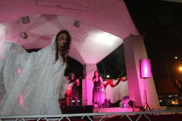 La bailarina Dayanna Barboza le da vida a la leyenda de La Llorona en los conciertos de Abäk. Foto: Cortesía del grupo