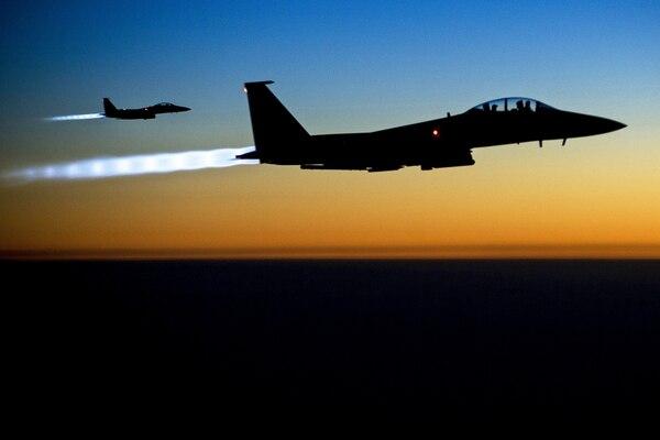 Un par de cazabombarderos F-15 vuelan sobre el norte de Irak después de bombardear objetivos militares del autoproclamado Estado Islámico (EI) en Siria.