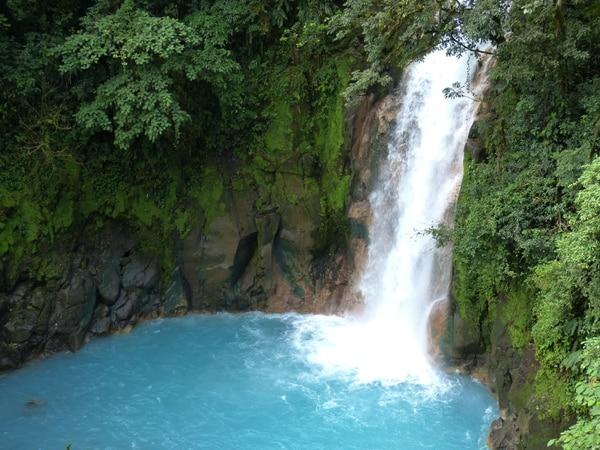 Una cascada en una poza celeste en Costa Rica. Foto: pxhere.