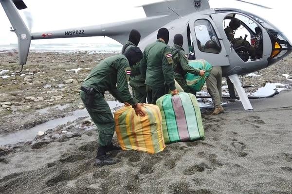El Servicio de Vigilancia Aérea encontró el cargamento en un punto remoto de playa Salsipuedes. Foto: MSP.