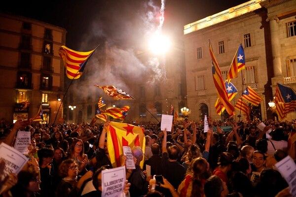 Independentistas se congregaron el viernes 27 de octubre del 2017 para festejar frente a la sede de la Generalitat, en Barcelona.