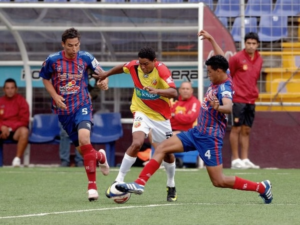 Orión jugó como local en el Ricardo Saprissa ante Herediano, en el Torneo de Verano 2012. Julio Cascante (4) marca a Enoc Pérez. | ARCHIVO