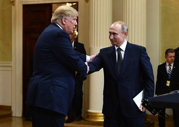 Los presidentes Donald Trump (izquierda) y Vladimir Putin se saludaron al final de una conferencia de prensa que ofrecieron este lunes 16 de julio del 2018 en Helsinki.