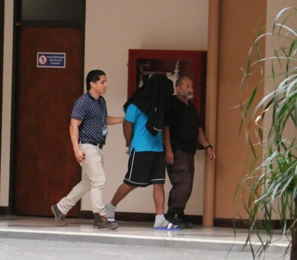 El sospechoso ingresó a las 8:02 a. m. a los Tribunales de Pococí. Foto: Reiner Montero.