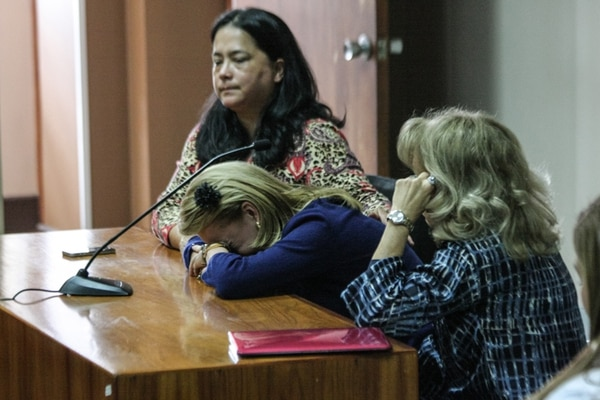 La abogada Alejandra Araya (izq.) brinda a apoyo a Jeannette López (centro) luego de que los jueces dieron a conocer la condena de tres años de prisión para su hermana Flor López. | JEFFRY ZAMORA