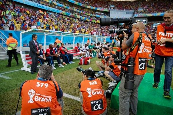 El técnico Jorge Luis Pinto suele ser el centro de atención para las cámaras de decenas de fotógrafos de varias partes del mundo. El timonel siempre mantuvo su ecuanimidad durante la mayor parte del juego.   CARLOS BORBÓN