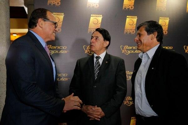 José Jaikel (izquierda) saluda al exárbitro Luis Paulino Siles y al exfutbolista Róger Flores.