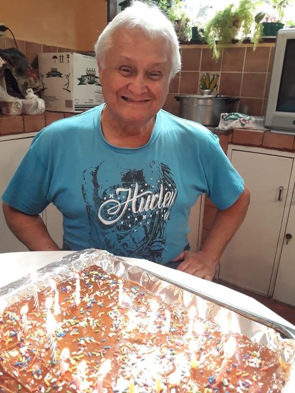 El pasado 3 de setiembre, don Víctor Rugama celebró muy feliz, junto a su familia, su cumpleaños # 73. Unos días después empezó con los síntomas de la covid-19. Falleció la madrugada del 23 de setiembre. Foto Cortesía