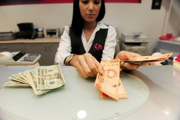 Las entidades financieras mantienen las compras de divisas al público en mayores montos de las que les venden. Fotografía con fines ilustrativos en la sucursal de Scotiabank en Lincoln Plaza. Foto: John Durán.