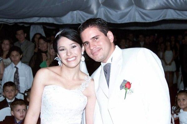 Fabricio Alvarado y Laura Moscoa durante el día de su boda. Foto: Róger Benavides