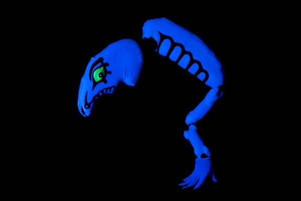 'Viaje a Xibalbá' es un espectáculo que utiliza elementos fluorescentes en la oscuridad del escenario.