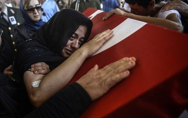La viuda del soldado Mehmet Yalcin Nane, llora por la muerte de su esposo, Mehmet Yavuz Nane, durante las honras fúnebres este viernes 24 eh Gaziantep, Turquía. La muerte del soldado fue atribuida al yihadista Estado Islámico. | AFP