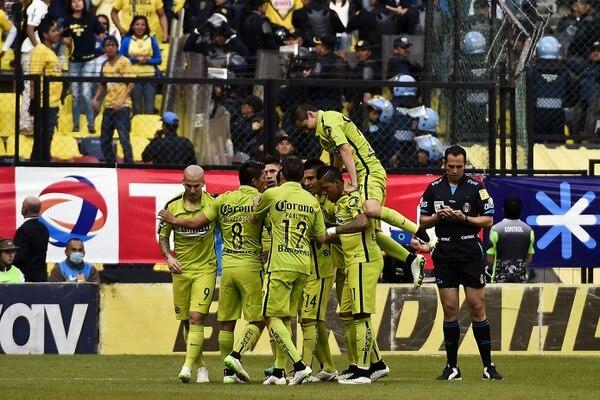 Los jugadores del América celebran su primer triunfo de la temporada ante el León en la Liga MX.