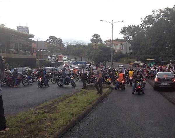 Los motociclistas se encuentran desde hace cerca de una hora realizando cierres en San Pedro y Guadalupe.