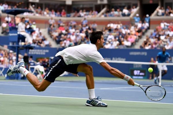 Novak Djokovic le devuelve una pelota al francés Gael Monfils durante las semifinales del Abierto de tenis de Estados Unidos.
