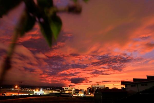 21/01/2020 Tibás. Celaje de atardecer, este lunes desde Tibás. Foto: Rafael Pacheco