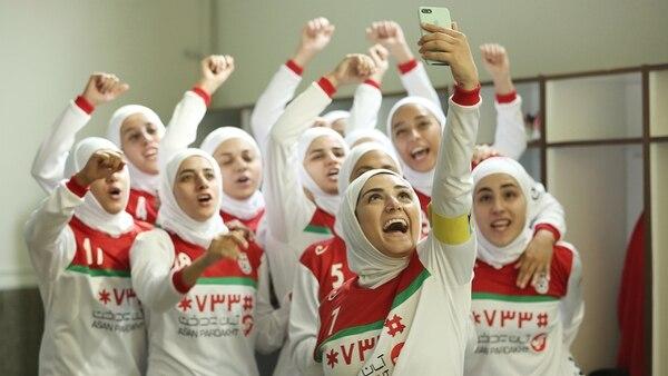 En Irán, las mujeres pueden jugar futbol, pero con ciertas restricciones. Usar velo es una de ellas. Cortesía del Cine Magaly