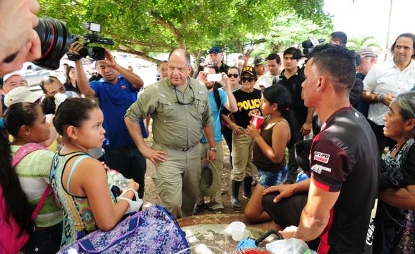Upaleños afectados por el paso del huracán Otto atendieron al presidente de la República, Luis Guillermo Solís, la mañana de este lunes.