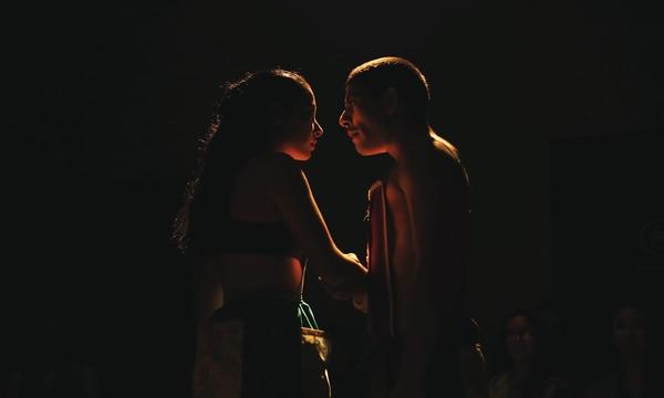 Los actores Daniela Quesada y Cristian López en la obra 'Devorarte al cantar de mi guitarra'