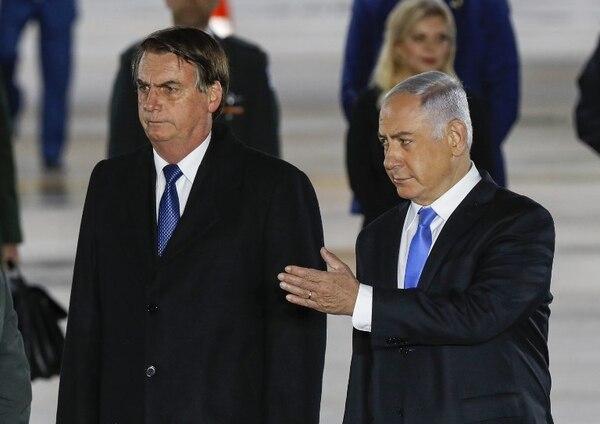 El primer ministro israelí, Benjamín Netanyahu (derecha), recibió al presidente brasileño, Jair Bolsonaro, en el aeropuerto Ben Gurion de Tel Aviv.