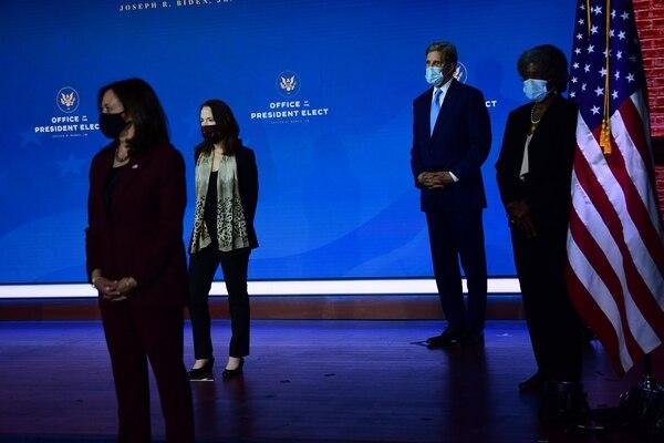 La vicepresidenta electa, Kamala Harris (izquierda; Avril Haines, designada directora de Inteligencia Nacional; el representante especial para el clima, John Kerry, y la propuesta embajadora ante la ONU, Linda Thomas-Greenfield, escucharon cuando el mandatario electo, Joe Biden, los presentó. AFP