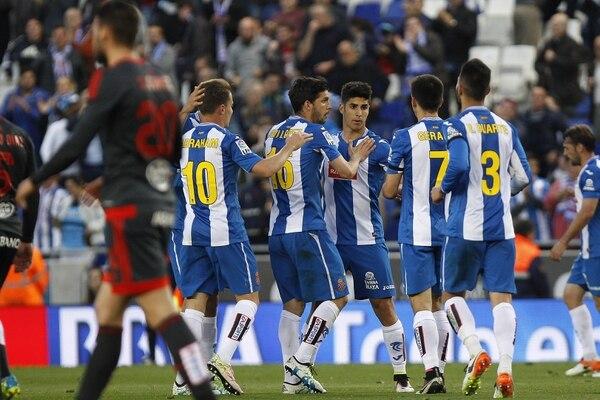 l centrocampista del Espanyol Marco Asensio celebra con sus compañeros sel gol que anotó con el los catalanes esta tarde ante el Celta.