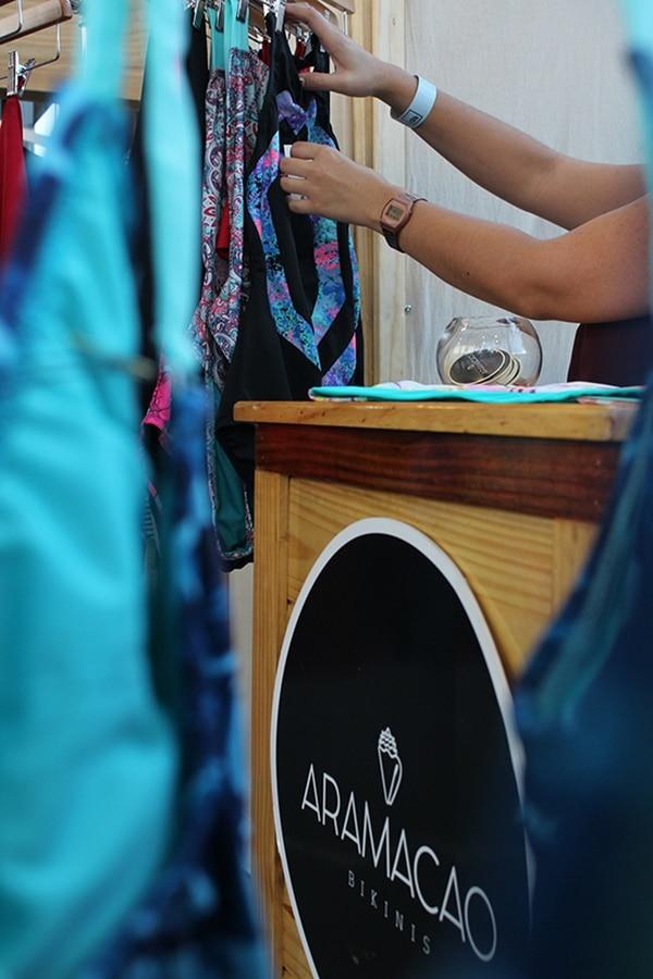 La copropietaria de Aramacao, Érika Rojas, mientras revisaba los vestidos de baño en la Casa del Cuño, con motivo de los Espacios FID.