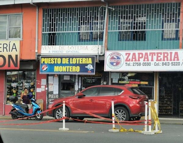 Los delincuentes entraron al puesto de lotería Montero mediante un boquete abierto con acetileno desde una lavandería que queda atrás. Foto: Reiner Montero.