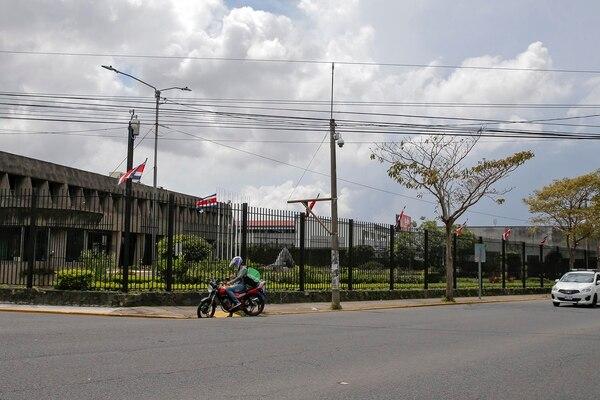 17/09/2018. Zapote. Hora: 12:45 p.m. A las 12:45 p.m. de este lunes, ya se había disipado la manifestación de miembros de Fuerza Pública frente a Casa Presidencial en Zapote, sólo quedaban pocos que esperaban un taxi para irse a sus casas pues entraban a trabajar a las 06:00 p.m. y venían de sus trabajos, de donde salieron a las 06:00 a.m. Los policías no quisieron dar su nombre. Fotos: Mayela López