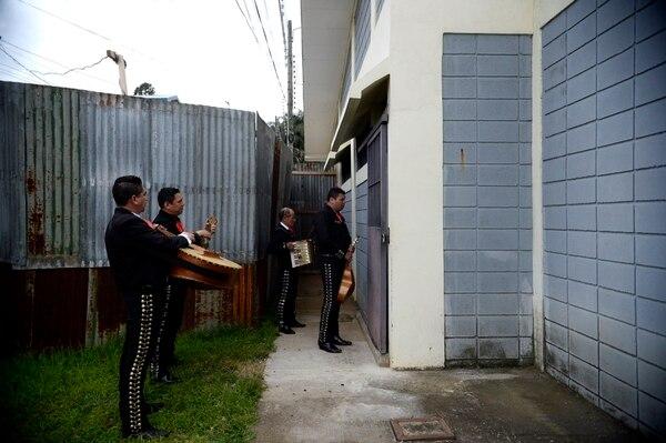 El mariachi Bellas Artes recorrió cada ámbito del centro penitenciario para llevarles una serenata a las internas. Carlos Correa fue el encargado de interpretar éxitos de la música ranchera de Vicente Fernández y de Antonio Aguilar, entre muchos otros. Fotografía: Diana Méndez.