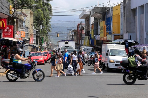 Este sábado se apreció mayor movimiento de carros y gente en el centro de la Vieja Metrópoli con la disminución de restricciones. Foto: Rafael Pcheco