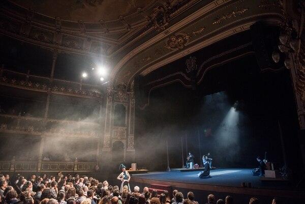 Un escenario que desborda: los actores de Ron Lalá interactúan con el público en 'Cervantina'. FOTO: Cortesía del Ministerio de Cultura y Juventud.