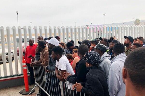 Migrantes en Tijuana, muchos de Camerún,, atentos al llamado de funcionarios estadounidenses de las personas que pueden pedir asilo.