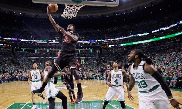 Jimmy Butler se prepara para anotar en el juego de los Bulls frente a Celtics.