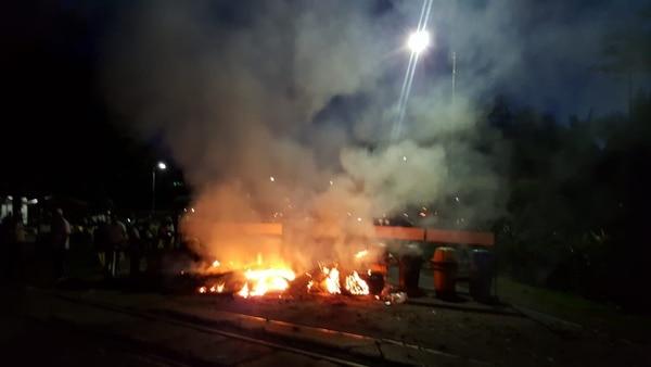 Manifestantes realizan quemas y bloqueos en la entrada a Recope en Moín. Foto cortesía.