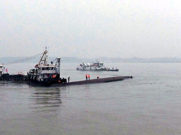 Rescatistas buscan pasajeros tras el hundimiento de un barco turístico, en Jianli, provincia de Hubei (China).