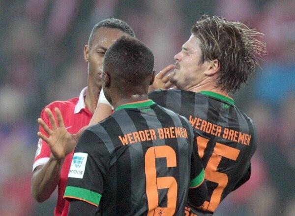 El defensor costarricense del Mainz 05, Júnior Díaz, discute con los jugadores del Werder Bremen.