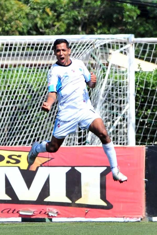 Lucas Emanuel Gómez celebra el gol que puso a ganar a la UCR antes del descanso. El jugador llegó a 8 goles este verano. | DIANA MÉNDEZ