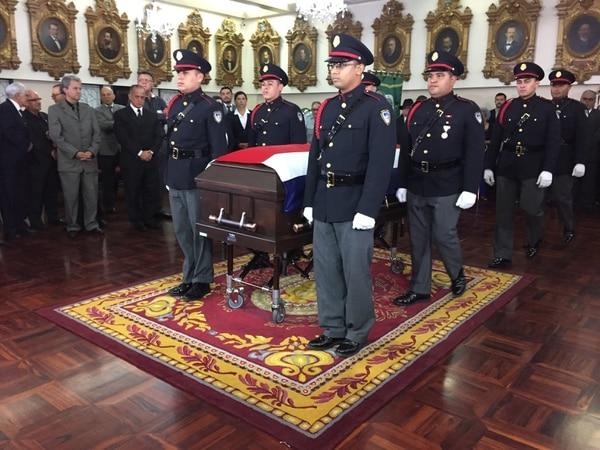 En la Asamblea Legislativa se le hizo una capilla ardiente al expresidente Luis Alberto Monge.