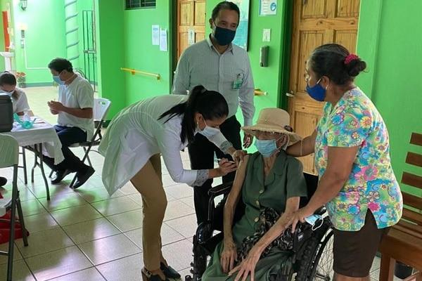 Rainery Fonseca Gutiérrez, de 106 años, recibió su vacuna contra la covid-19. Fotografía: CCSS
